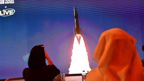 Imagen del lanzamiento de la sonda 'Al Amal' en la pantalla del Centro Espacial Mohammed Bin Rashid de Dubai. (Afp)