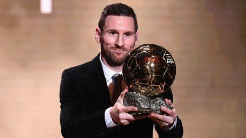 Leo Messi posa tras ganar el Balón de Oro en 2019. (AFP)