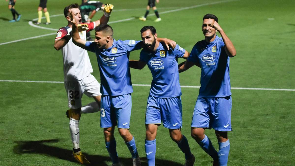 Los jugadores del Fuenlabrada celebran la victoria ante el Elche. (CF Fuenlabrada)
