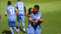 Los jugadores del Fuenlabrada se abrazan tras un gol (CF Fuenlabrada)