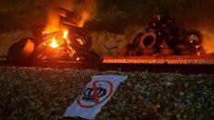 Neumáticos ardiendo sobre las vías del AVE junto a un pancarta antimonárquica. (Twitter)