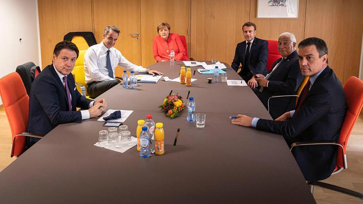 Pedro Sánchez sin papeles durante una reunión en Bruselas