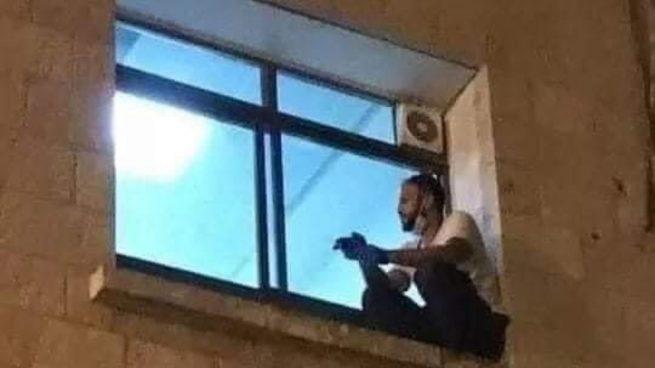 Twitter: Escala hasta la ventana de un hospital para ver morir a su madre de coronavirus