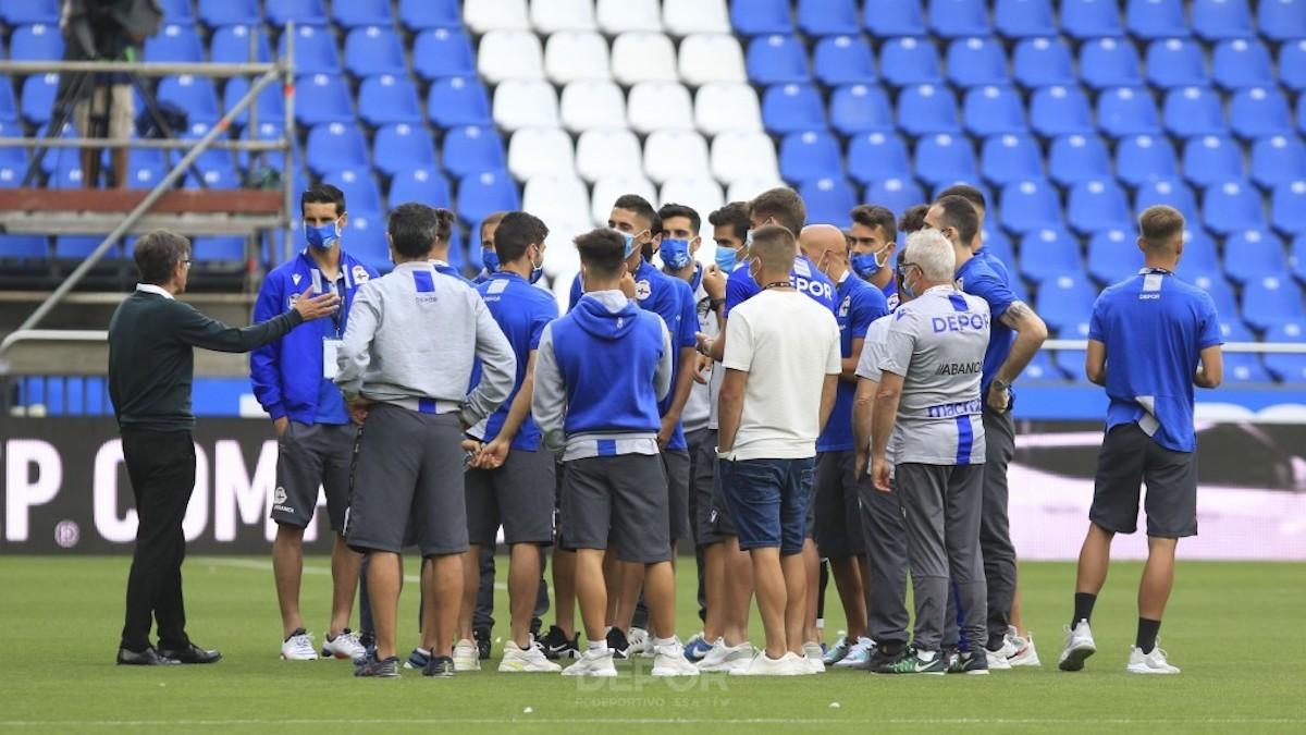 Los jugadores del Deportivo, durante una charla de su entrenador Fernando Vázquez. (@RCDeportivo)