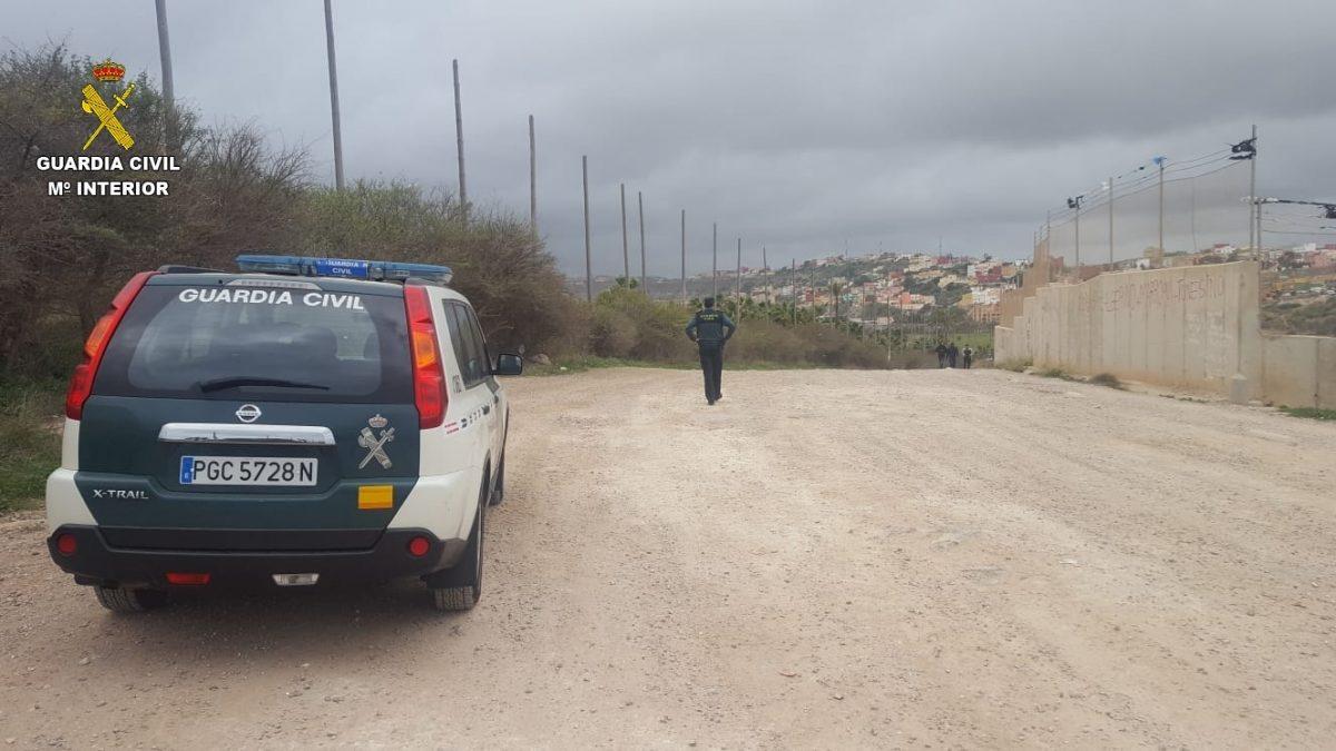 Un inmigrante magrebí llega a Melilla a nado desde Marruecos.