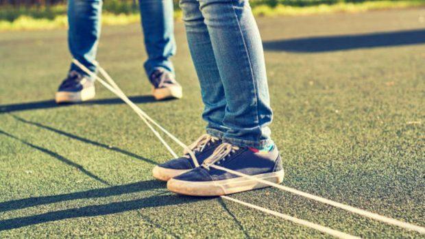 Juego de saltar las gomas: Cómo enseñar este juego «vintage» a los niños para que se diviertan este verano