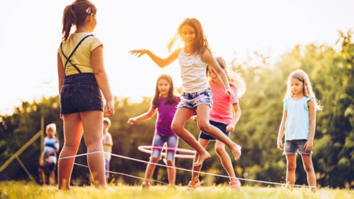 Saltar las gomas es un juego clásico que encantará a los niños