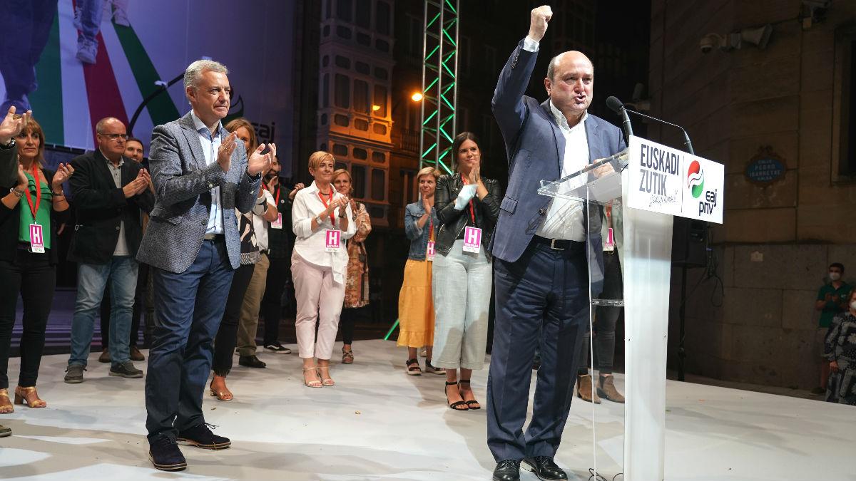 El lehendakari y candidato a la reelección por el PNV, Iñigo Urkullu, aplaude al presidente del EBB del PNV, Andoni Ortuzar, durante su intervención tras en la noche del 12J. (Europa Press)