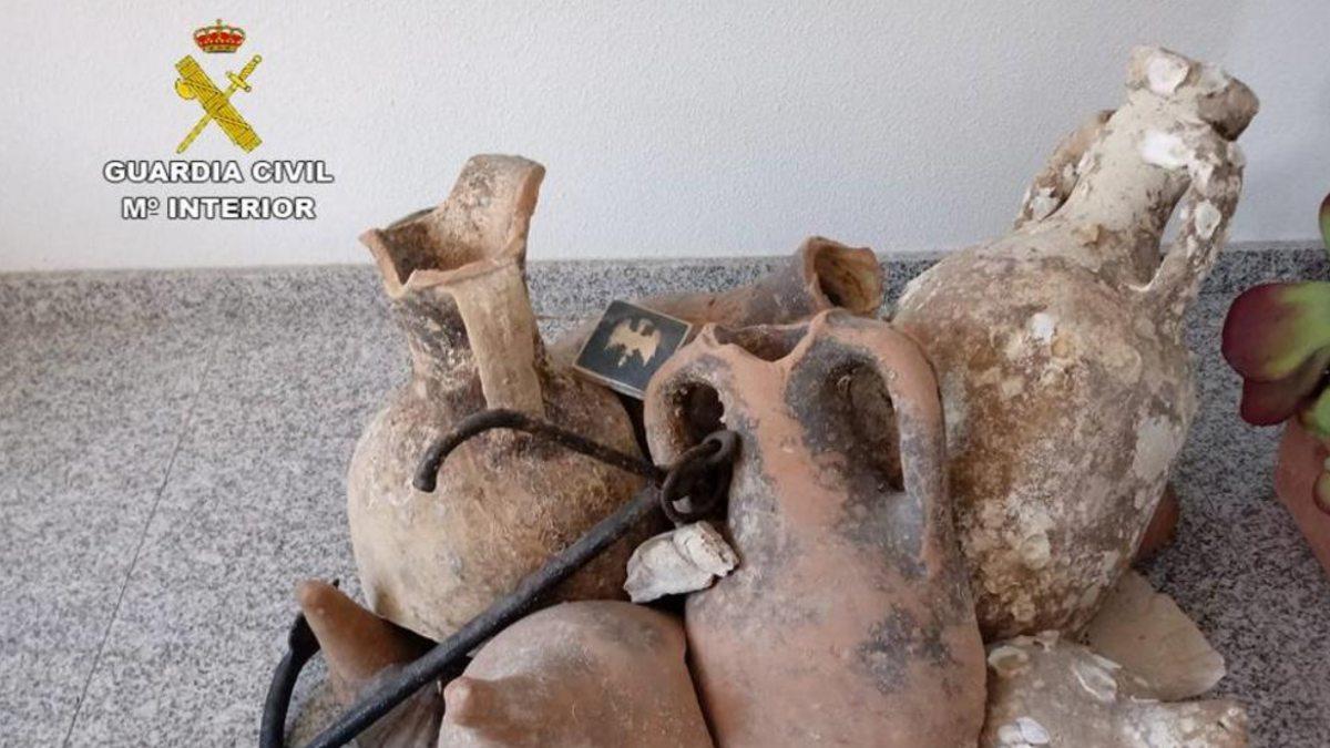Ánforas romanas recuperadas. (Foto: Guardia Civil)