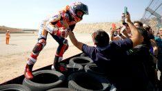 Marc Márquez celebra su victoria en Motorland. (Getty)