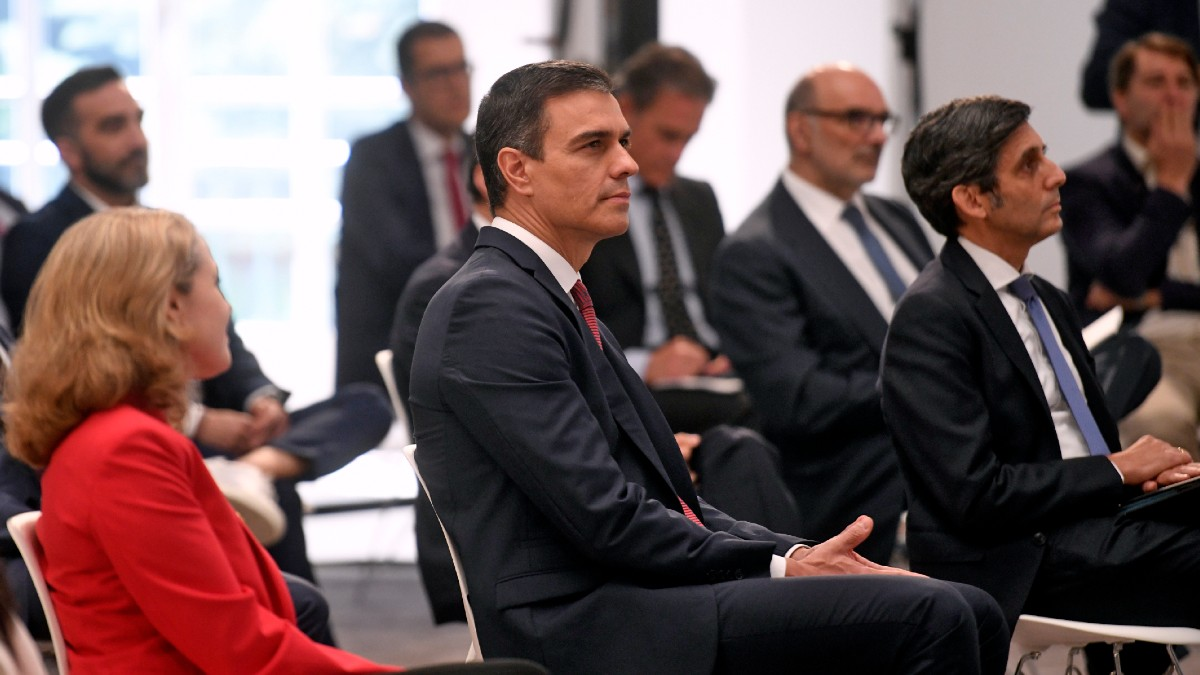 El presidente del Gobierno, Pedro Sánchez, junto a Nadia Calviño y José María Álvarez-Pallete