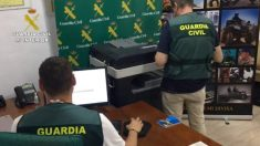 La Guardia Civil durante el registro. (Foto: Guardia Civil)