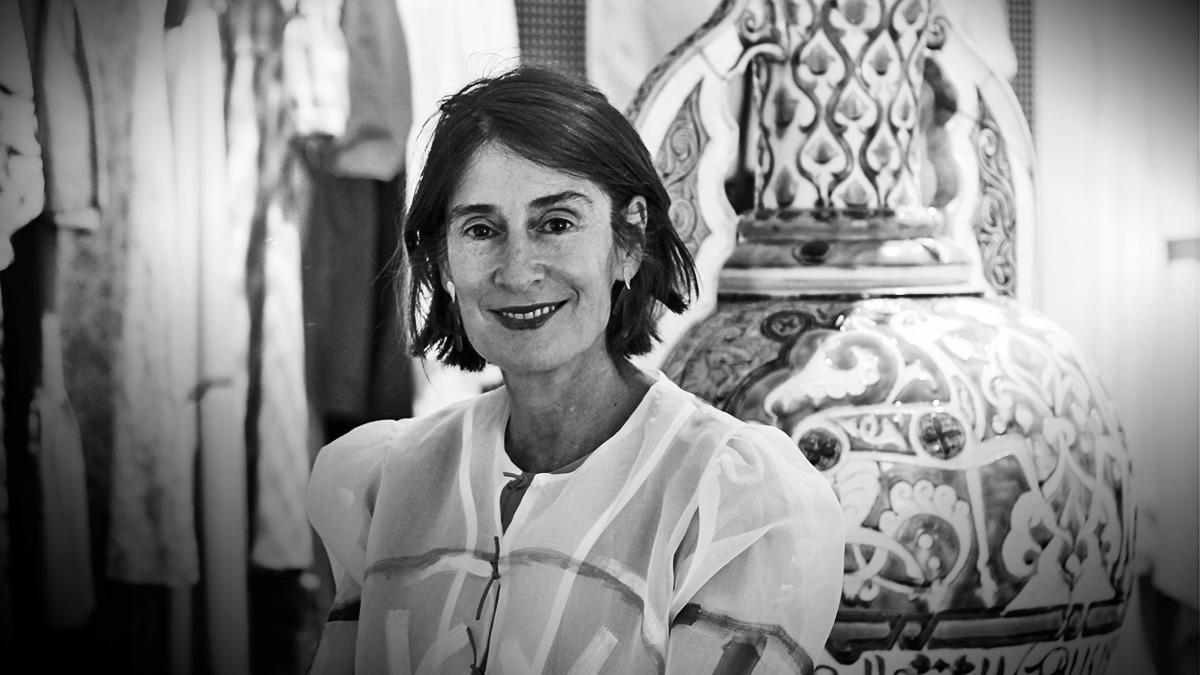 Margarita Ruyra de Andrade con gran jarrón de Daniel Zuloaga y en el showroom de Es Fascinante. @ESFascinante