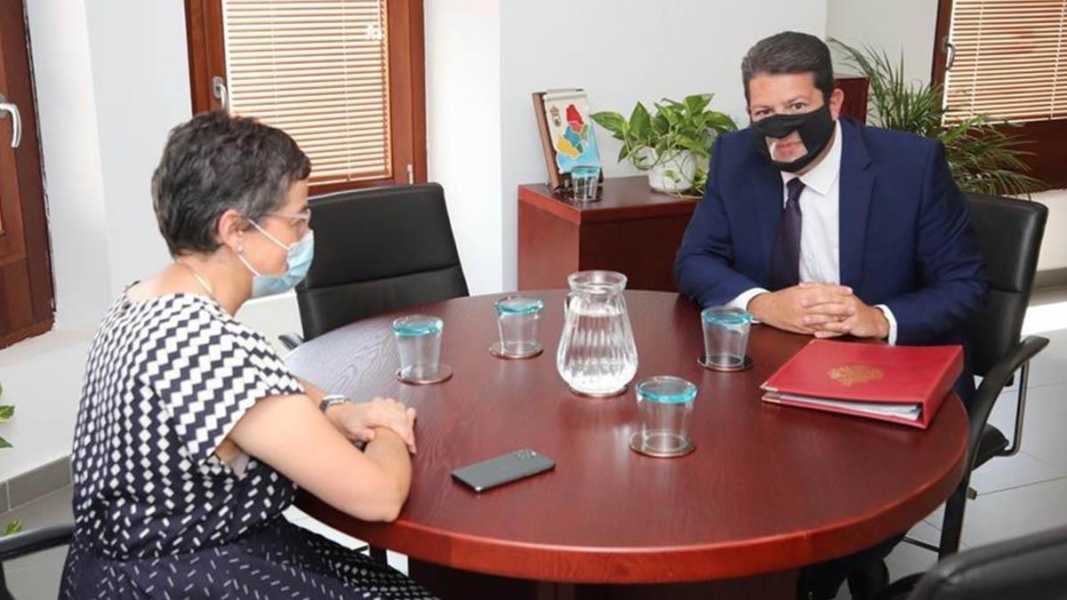 La Ministra de Exteriores, Arancha González Laya, con el ministro principal de Gibraltar, Fabian Picardo. (EFE)