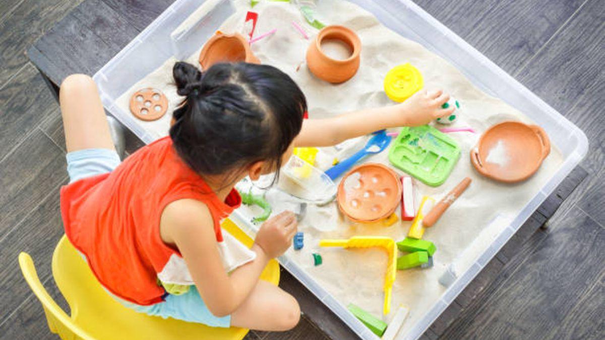 Qué es y qué beneficios tiene para los niños la terapia de la caja de arena