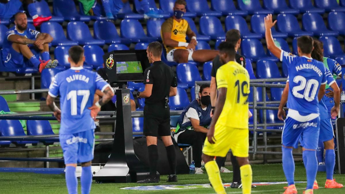 El árbitro revisa una acción en el monitor tras el aviso del VAR. (Getty)