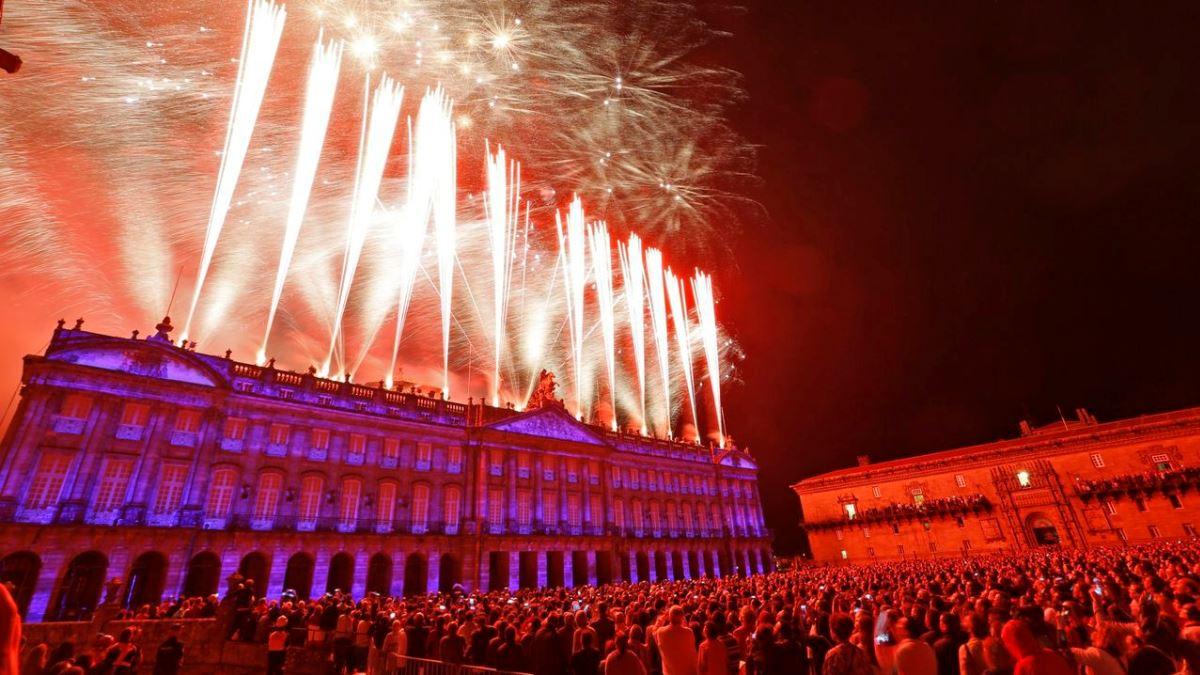 El espectáculo de fuegos artificiales es uno de los momentos más esperados del año en Santiago de Compostela