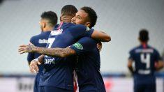 Neymar y Mbappé se abrazan tras el 1-0. (AFP)