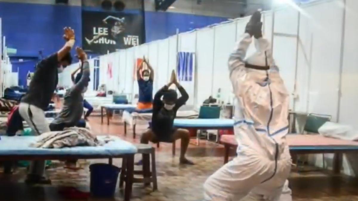 YouTube: En los hospitales de la India se lucha contra el coronavirus practicando yoga