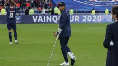 Mbappé, en muletas tras lesionarse (AFP).