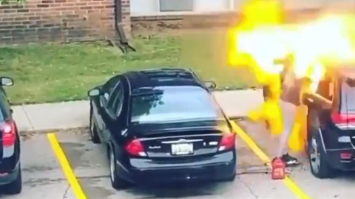Twitter: Intenta prender fuego al coche de su exnovio y acaba de la peor forma posible