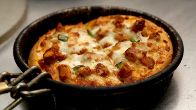 Recta de pan pizza crujiente en sartén