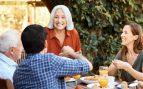 Prohibido besarse y compartir platos, así serán las reuniones sociales en Andalucía