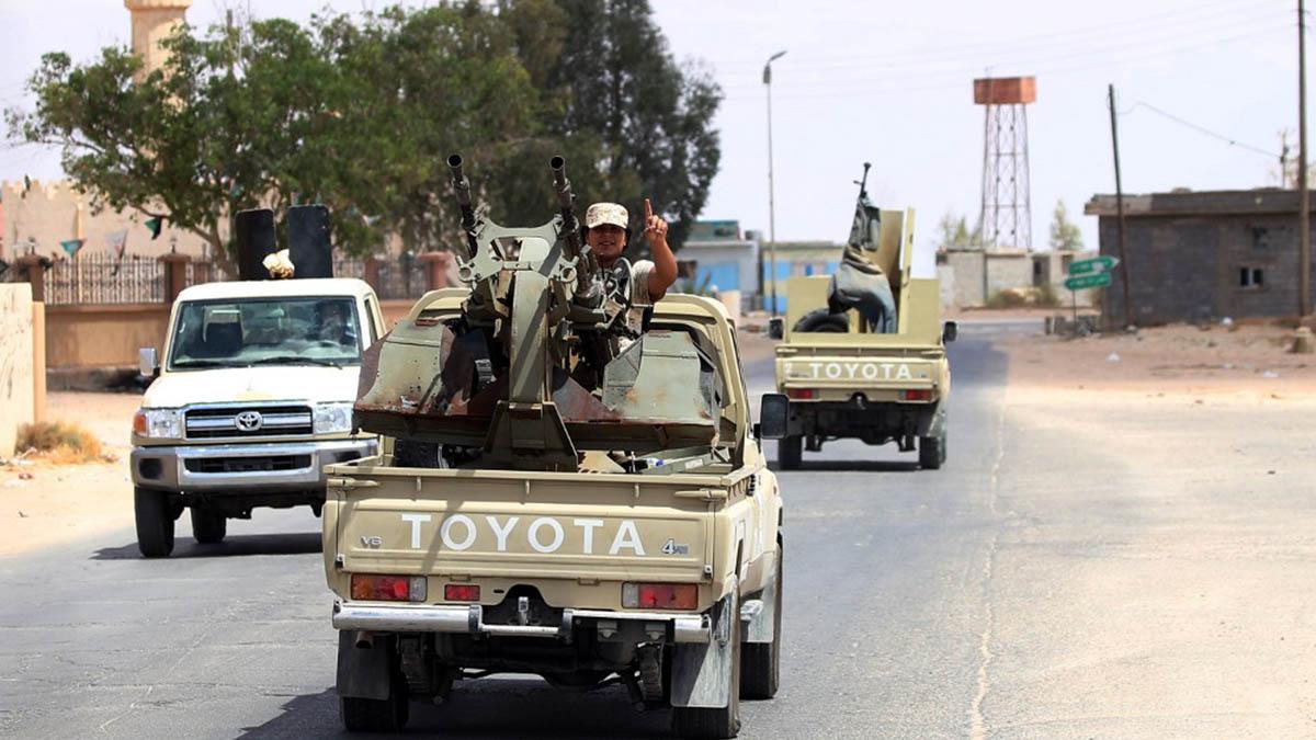 Militares afines al GNA patrullan la carretera entre Trípoli y Bengasi. (Afp).