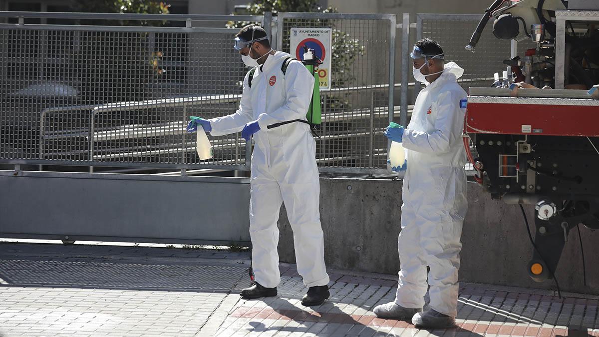 Militares de la UME durante los trabajos de desinfección.