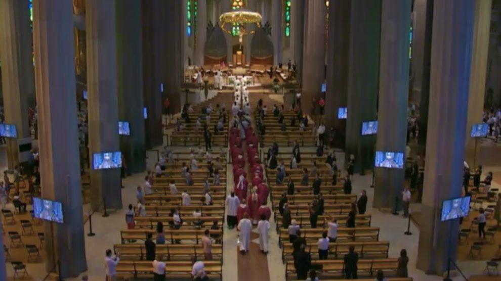 Misa en la Sagrada Familia por las víctimas del covid.