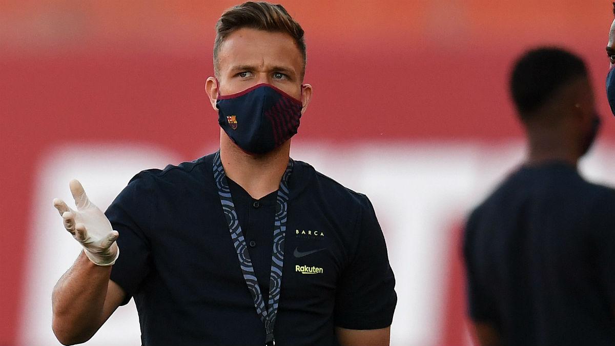 Arthur, con mascarilla antes de un partido con el Barcelona. (Getty)