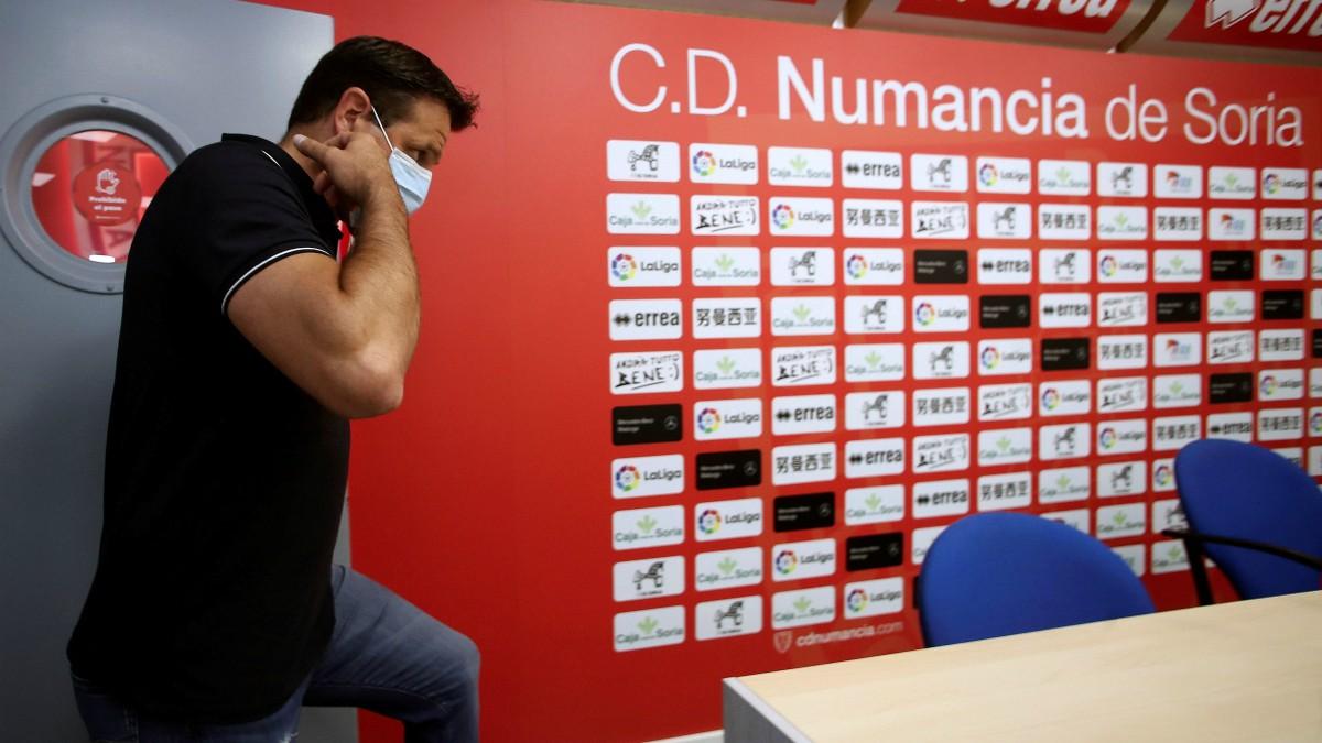 El director deportivo del Numancia, César Palacios, en rueda de prensa. (EFE)