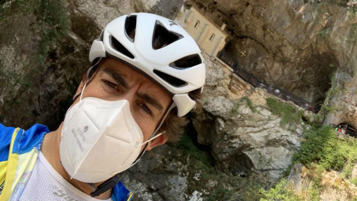 Fernando Alonso, en Covadonga tras 200 km duros de bicicleta. (@alo_oficial)