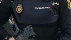 Sánchez engaña a la Policía: las tablas de la equiparación salarial dejan a los agentes sin 136 euros al mes