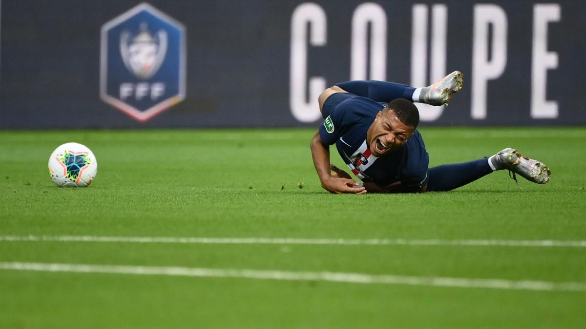 Mbappé, tras la entrada que le lesionó en la final de Copa. (AFP)