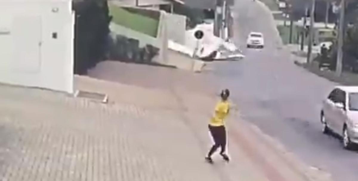 Twitter: Escalofriante accidente de una avioneta que se estrella en medio de la calle