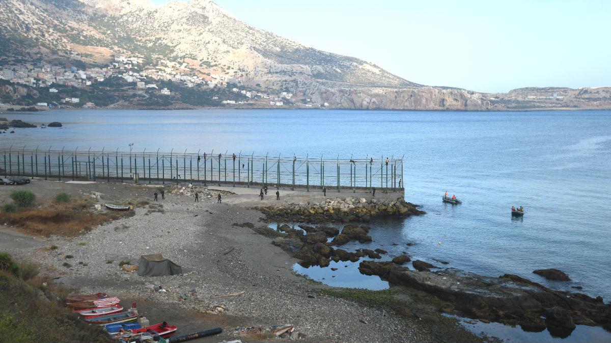 Imagen de archivo de varios inmigrantes, que entraron en Ceuta saltando su doble valla durante la incursión.