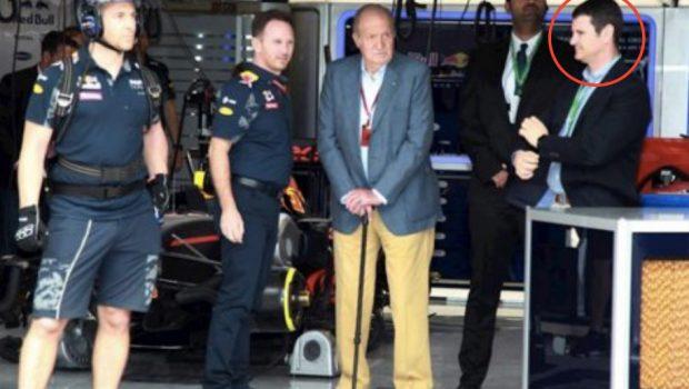 El Rey Juan Carlos I disfrutando de la Fórmula 1 acompañado de Vicente García Mochales.