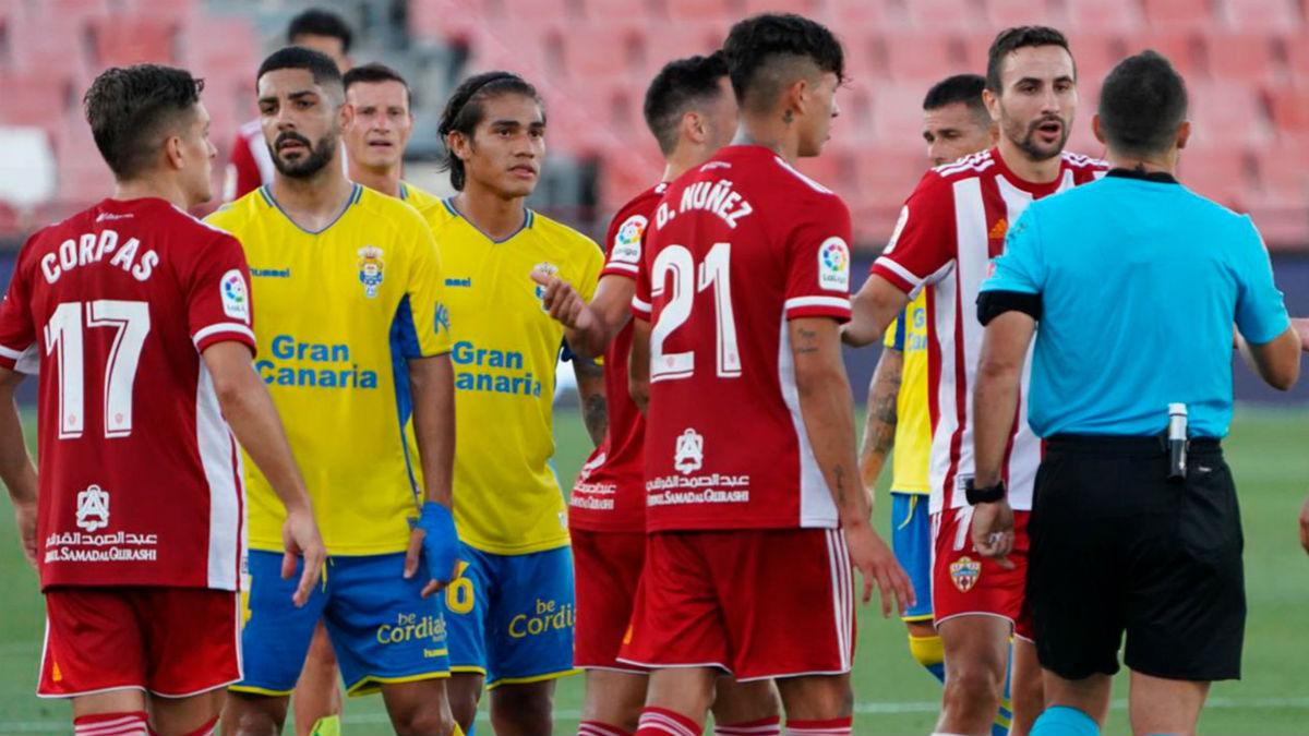 Los jugadores el Almería, en un partido esta temporada.