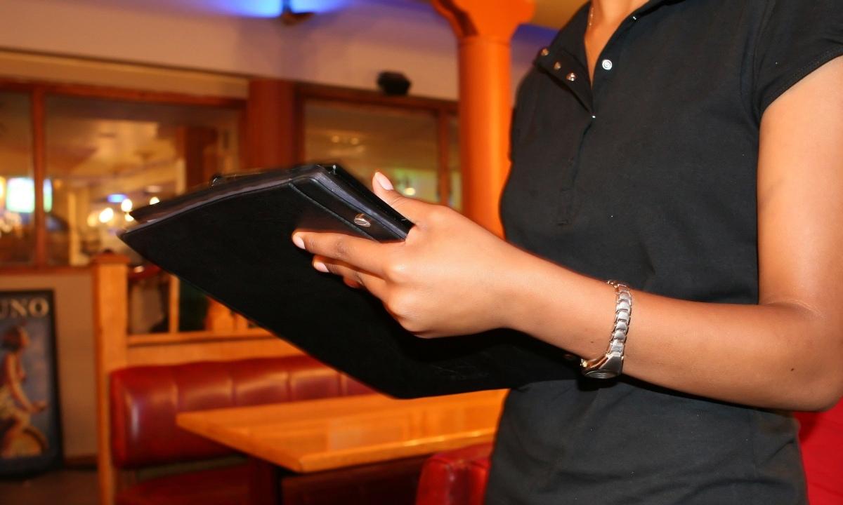 """Twitter: Un bar busca una camarera """"sin hijos ni novio"""" para que esté más pendiente del trabajo"""