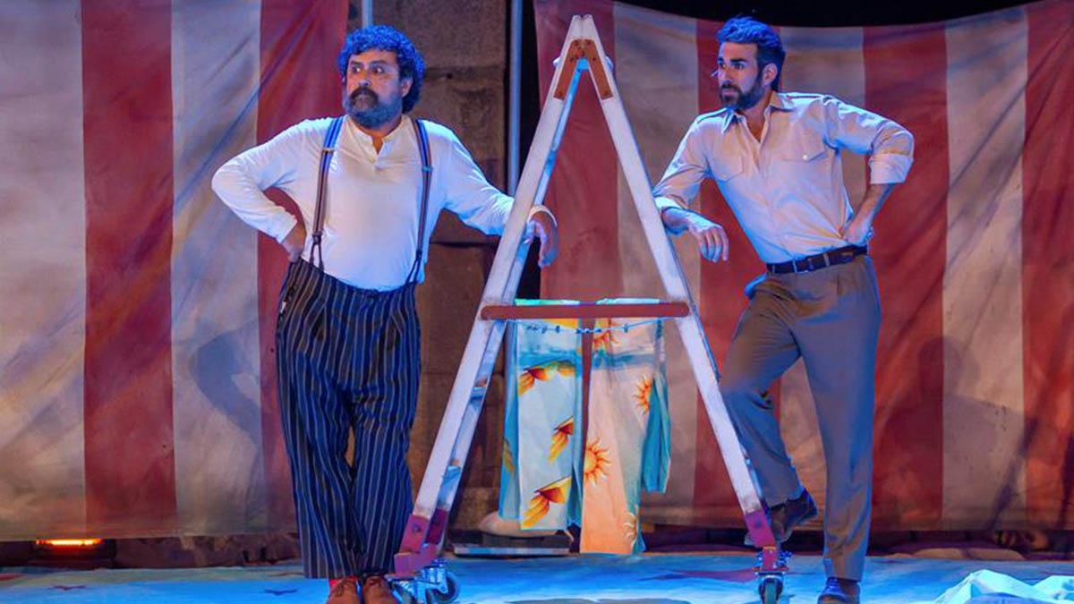 El actor Pepón Nieto (i) durante la puesta en escena de la obra «Anfitrión» esta noche en el Festival de teatro de Mérida. (EFE)