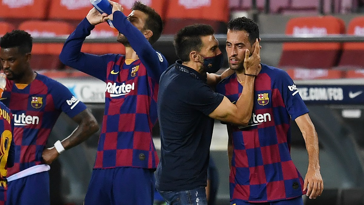 Eder Sarabia charla con Sergio Busquets durante el Barcelona – Atlético. (Getty)