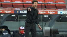 El Cholo Simeone da órdenes durante el Barcelona-Atlético de Madrid. (AFP)