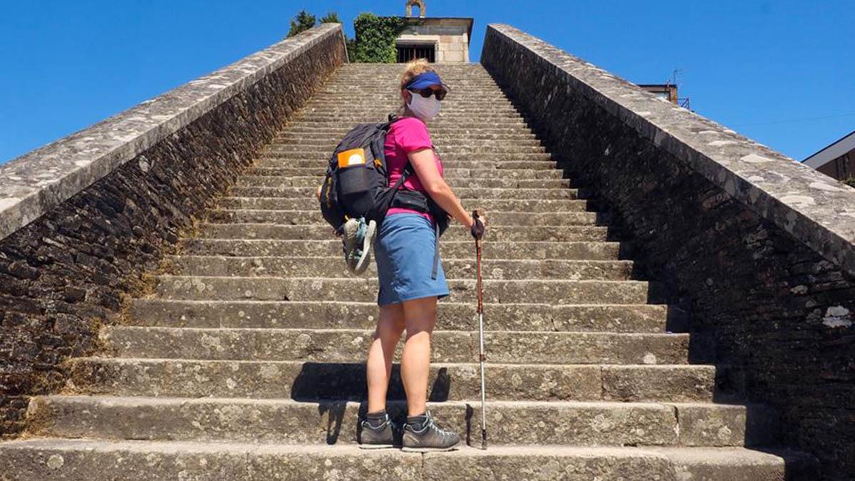 Una peregrina de Dinamarca posa para una fotografía tras recorrer parte del Camino de Santiago. EFE