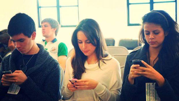 Chicos mirando el móvil