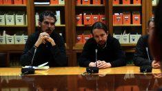 Alberto Rodríguez, secretario de organización de Podemos, y Pablo Iglesias. (Foto: EP)