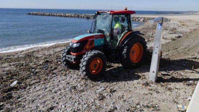 La Policía detiene a 13 inmigrantes ilegales tras emprender la huida al alcanzar una playa en Almería, Costacabana, que alcanzaron en patera.
