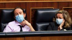 Pablo Iglesias y Nadia Calviño en el Congreso. (Foto: EP)