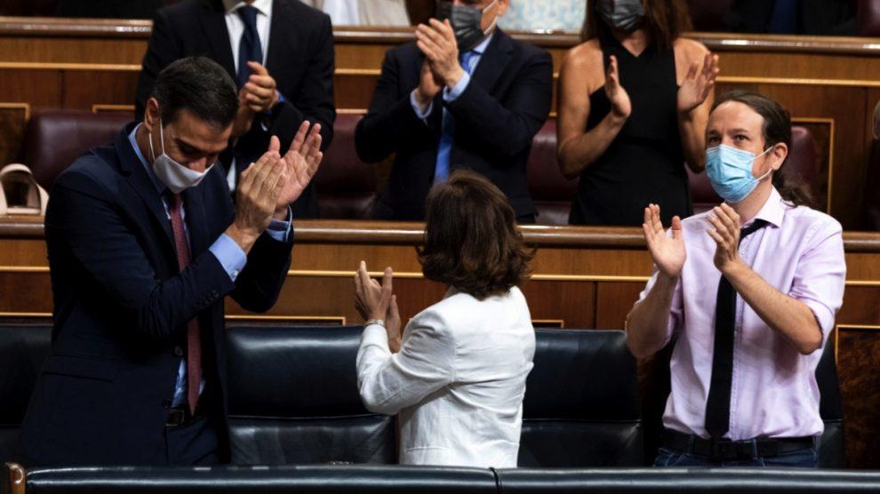 Pedro Sánchez, Carmen Calvo y Pablo Iglesias en el Congreso. (Foto: EP)