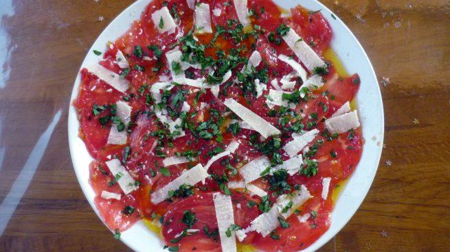 Carpaccio de tomate, queso parmesano y orégano